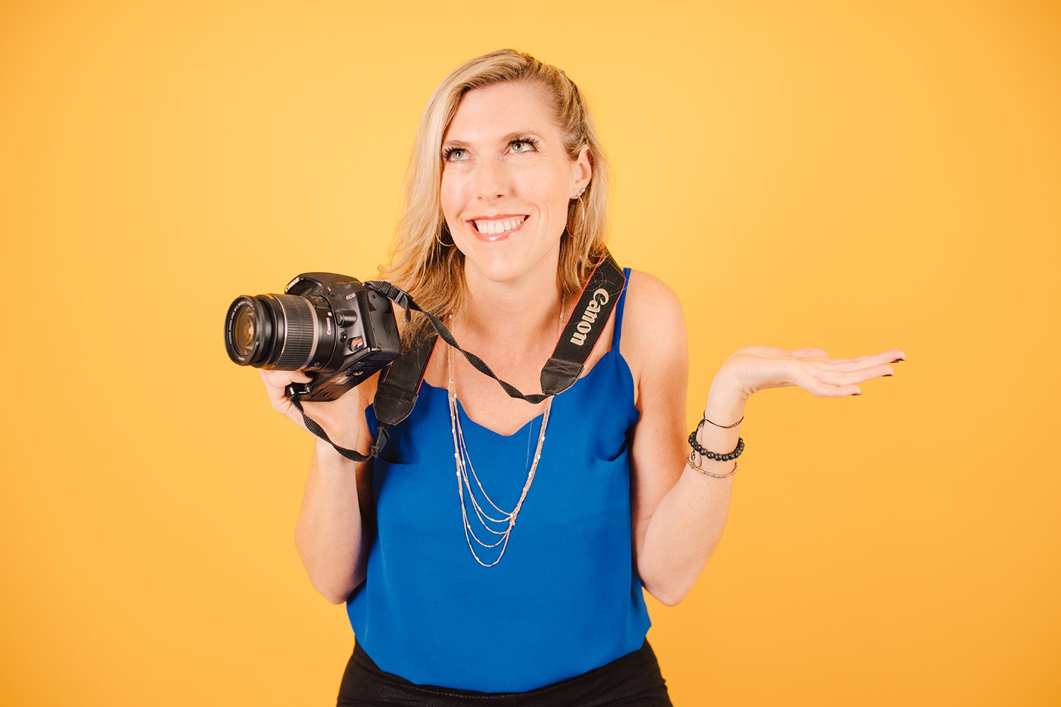 woman looking confused with dslr camera